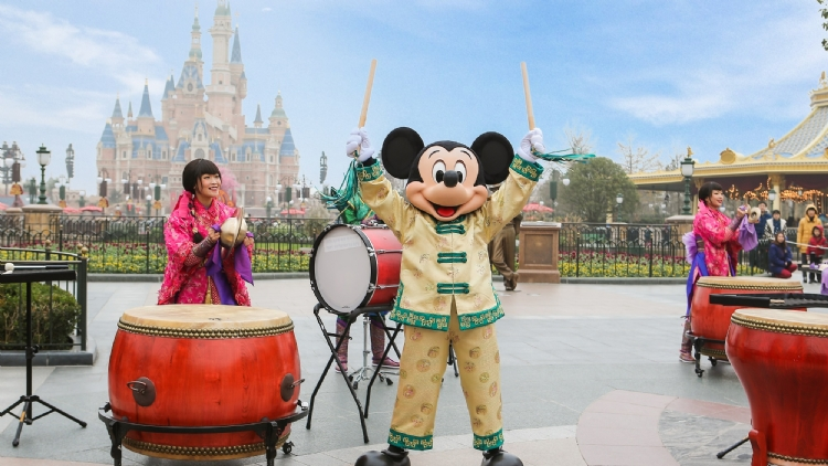 米奇惊喜现身击鼓仪式为游客带来新春祝福 Mickey makes a surprise appearance during drum ceremony to send wishes to guests