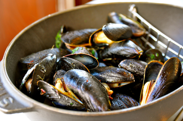 All-you-can-eat mussels and fries for 98RMB, Le Café des Stagiaries 3