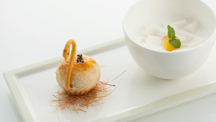 天鹅流沙酥杏仁豆腐 Almond tofu pudding with mango sauce and Baked preserved yolk pastry