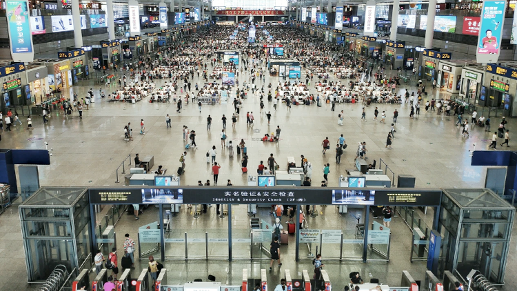 Bilingual assistants are now available at Hongqiao Railway Station